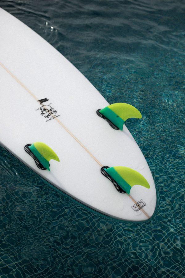 planche-de-surf-shortboard-maku-cuillere-tri-fin
